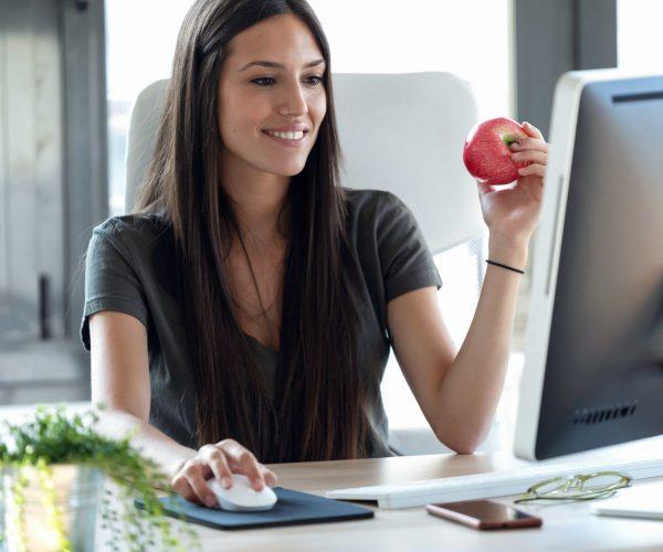 gesunde-mitarbeiterin-arbeitet-produktiv