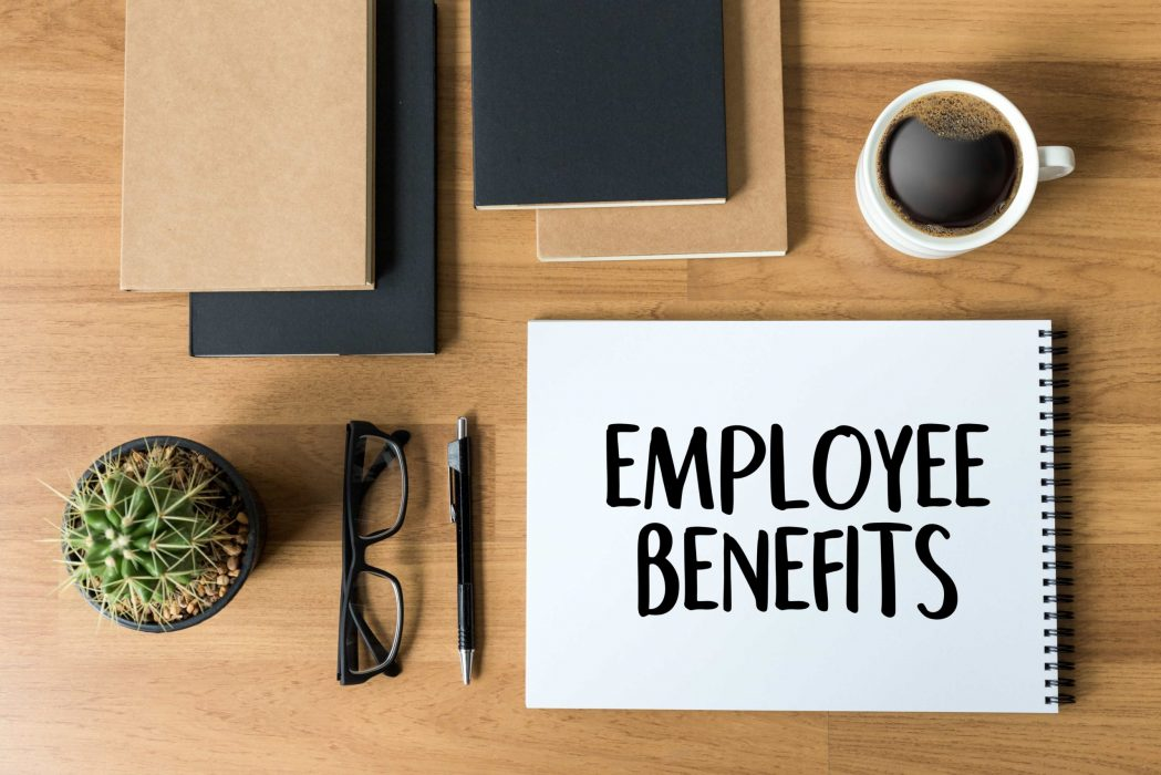 mitarbeiter-vorteile-benefits-auf-dem-tisch